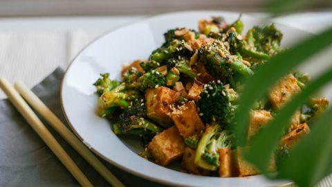 tofu brocoli salsa mani keto vegetariano